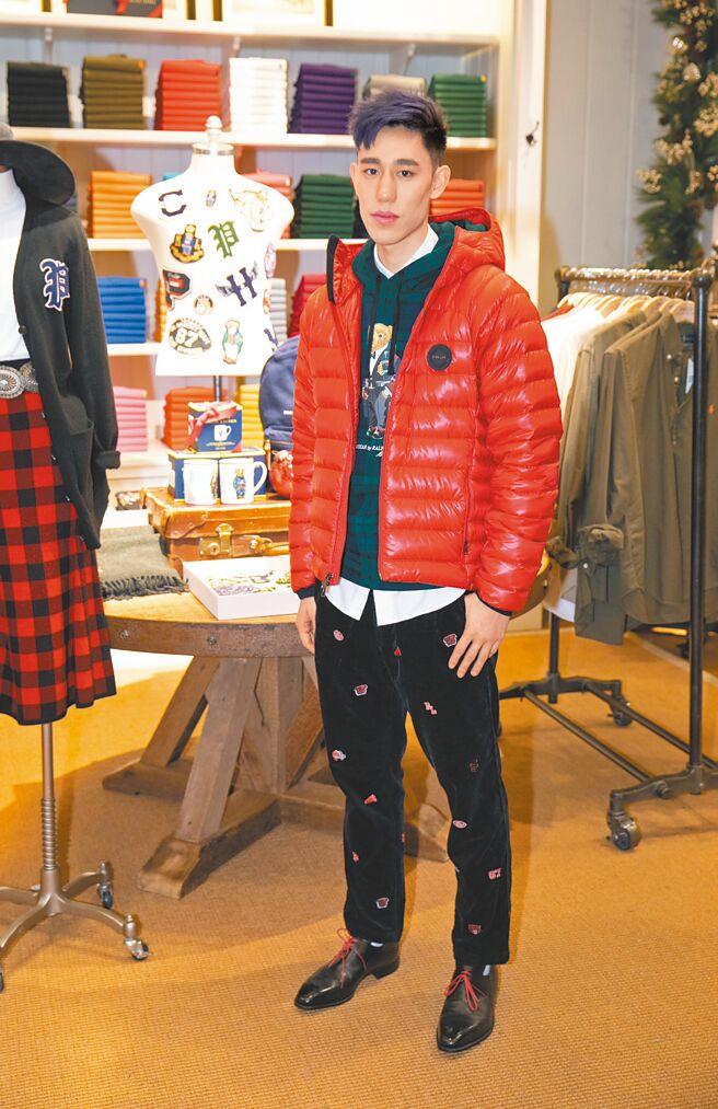 林書緯身穿Polo Ralph Lauren,白色牛津襯衫5080元、Blackwatch熊連帽帽T 7880元、RLX紅色外套2萬8990元、燈芯絨patch長褲6980元。(Polo Ralph Lauren提供)