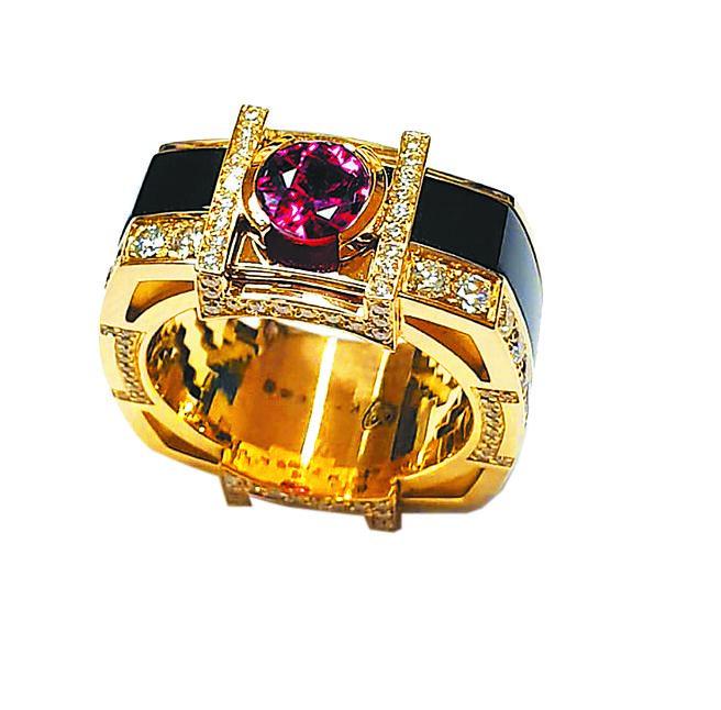 方國強昨晚舉辦「Meet Love」珠寶慈善義賣晚宴,以不丹為意象設計紅寶石戒指,限量一只,起拍價88萬元,所得全數捐助不丹。(Khieng ATELIER提供)