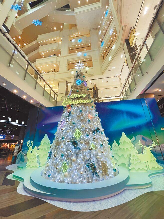 台茂購物中心打造「台茂Shining耶誕嘉年華」至明年1月3日,每個整點都會有五彩極光秀以外,還有5層樓高的大型雪花燈飾。(台茂購物中心提供)
