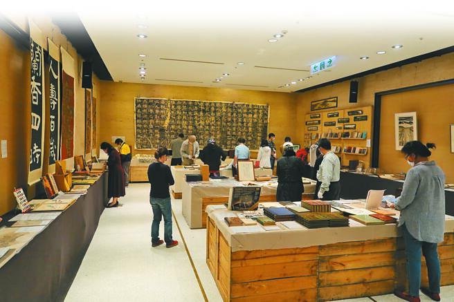 「清风似友」台北古书拍卖会每年都吸引不少文青流连其间。(许文贞摄)