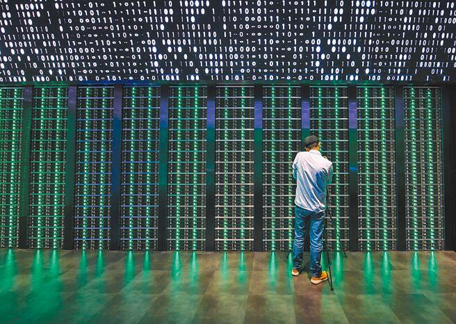 一民眾拍攝數據中心的模擬場景。(新華社資料照片)