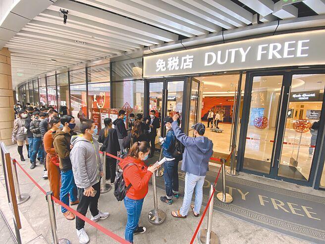 顾客在海南海口日月广场免税店外排队等候入场。(中新社资料照片)