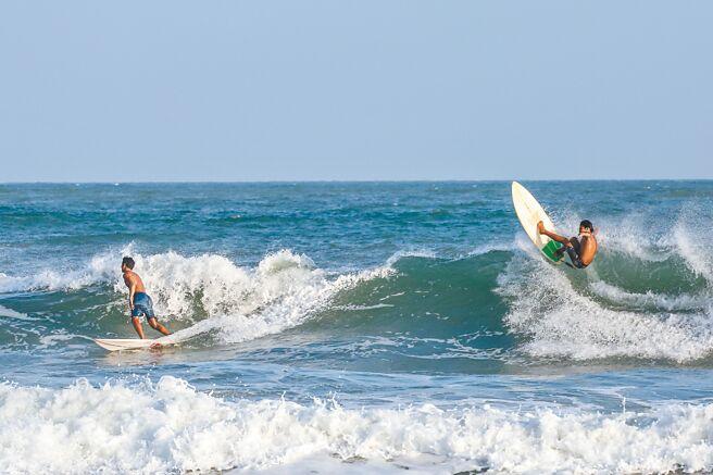 10月底,海南举办衝浪表演推广观光吸引游客。(新华社资料照片)