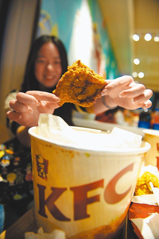 大陆消费者展示所点的肯德基炸鸡。(新华社资料照片)
