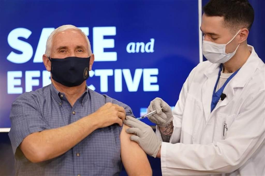 副總統彭斯公開接種疫苗,試圖建立美國民眾對疫苗的信心。(圖/美聯社)