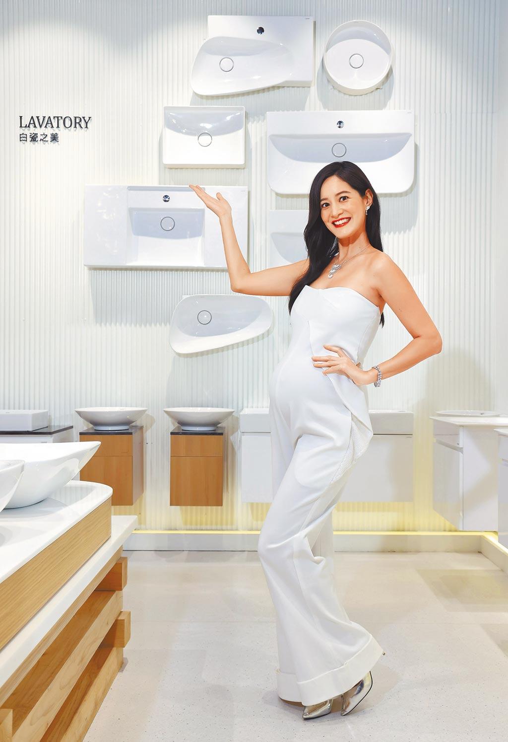 Janet以一襲白色套裝挺孕肚出席凱撒衛浴35周年慶。(凱撒衛浴提供)