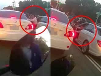 停紅燈旁車開窗丟垃圾 賓士車主秒下車「1動作」網狂讚