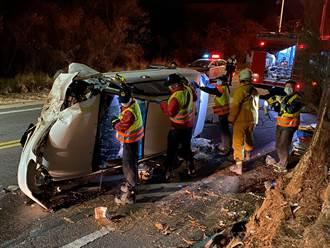 金門暗夜小客車翻車  2人受困哀號警消救出送醫