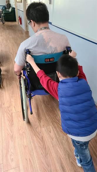 高雄消防員執勤車禍癱瘓 妻拍下幼子推輪椅背影照引人鼻酸