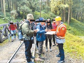 遊客行走鐵道 林鐵開單勸導