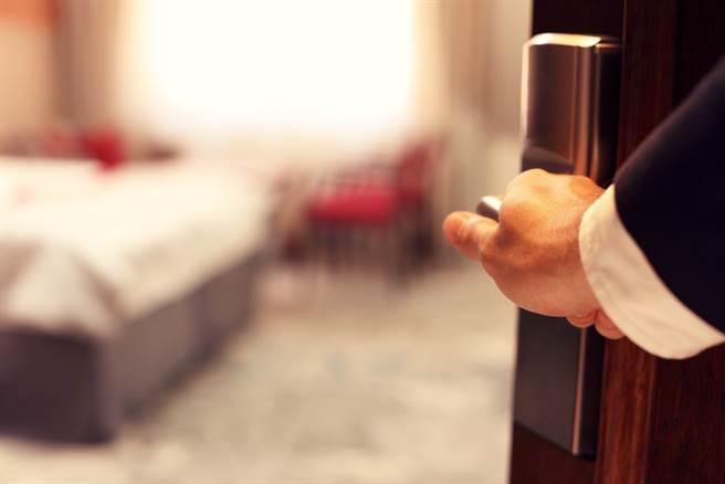 入住一晚要價8000元的高級酒店,未到退房時間,房務敲門後直接刷卡闖入,讓裸睡的夫妻倆飽受驚嚇。(示意圖/Shutterstock)