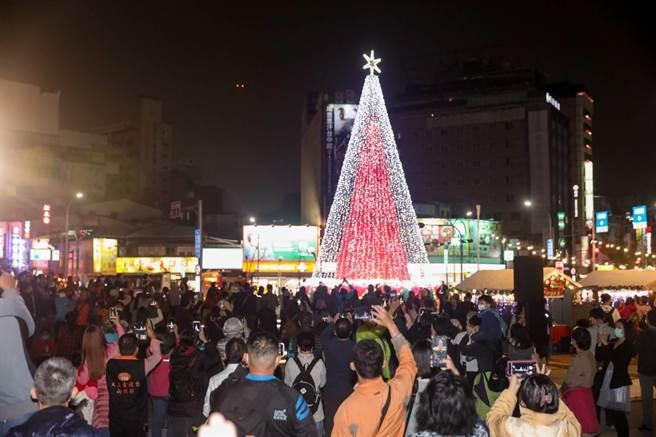台中市府今年邀请在地工艺家萧明瑜,于台中火车站前广场以9999朵红色彩结打造11米高的主树「礼讚之树」。(卢金足摄)