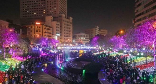 台中市政府举办「2020台中好YA诞」,今年首度在柳川推出动态水舞灯光秀。(卢金足摄)