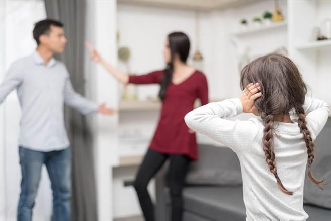 婆婆要求過繼1子給大嫂,超瞎原因曝光後,網友傻眼直呼,想錢想瘋了。(示意圖/Shutterstock)