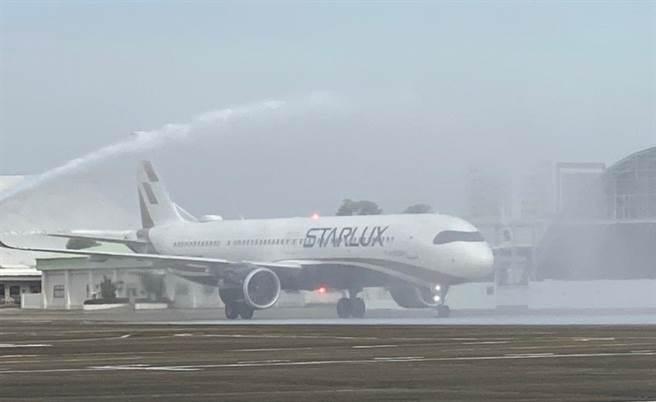 台南航空站特別舉辦灑水儀式,歡迎星宇航空首次降落台南。(南市府觀旅局提供/李宜杰台南傳真)