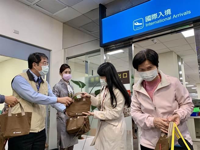 台南市長黃偉哲(左)送上台南限定好禮迎賓。(李宜杰攝)