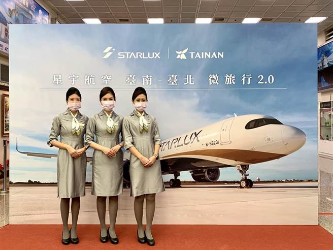 董事長張國煒上午在桃園機場舉行剪綵儀式後,將執飛JX8063航班,預計下午2時10分抵達台南。(李宜杰攝)