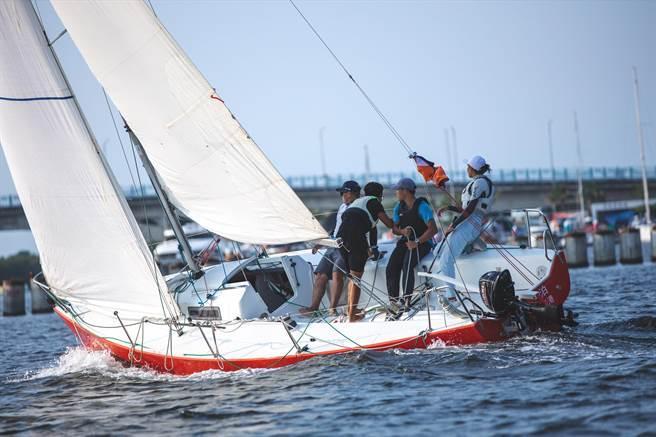 亞果遊艇會在台南安平商港碼頭內舉辦重帆公開賽。(亞果遊艇集團提供/程炳璋台南傳真)