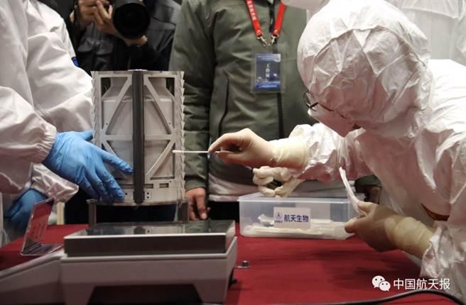 大陸國家航天局舉行探月工程嫦娥五號任務月球樣品交接儀式,與部分參研參試單位一道,共同見證樣品移交至任務地面應用系統。