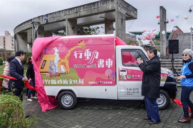 竹縣喜閱節暨終身學習博覽會,首部行動書車「劉興成醫師號」亮相。(羅浚濱攝)