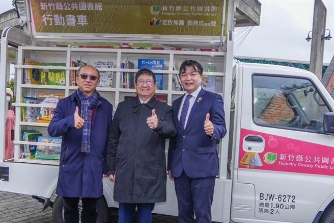 宏致集團董事長袁万丁(左)及維成牙醫醫師劉興成(右)捐贈行動書車, 縣長楊文科(中)對兩人善舉表示感謝。(羅浚濱攝)