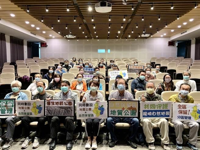 台南社大19日舉辦「催生龍崎地質公園及自然保留區」研討會,包括多位環保人士、立委陳亭妃(左四)等人都出席關心。(李宜杰攝)