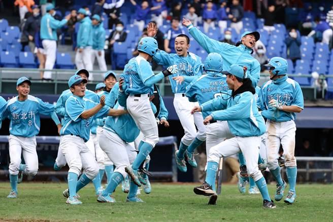 由穀保家商組成的新北藍隊擊敗勁敵新竹市,奪得此屆新北富邦U18冠軍,完成三連霸。(大會提供)