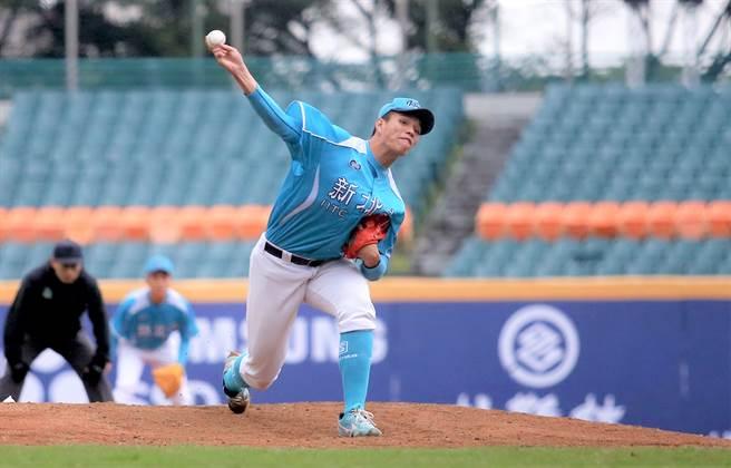 新北藍隊王牌投手潘文輝後援4局,為此戰勝利投手。(李弘斌攝)