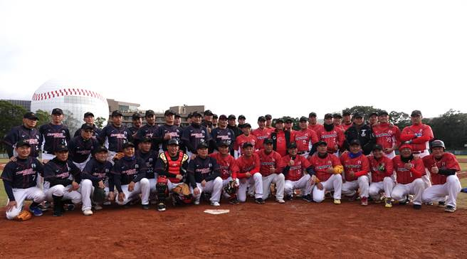 中職退役明星球員軟式棒球賽今天在龍潭兄弟棒球場進行。(毛琬婷攝)