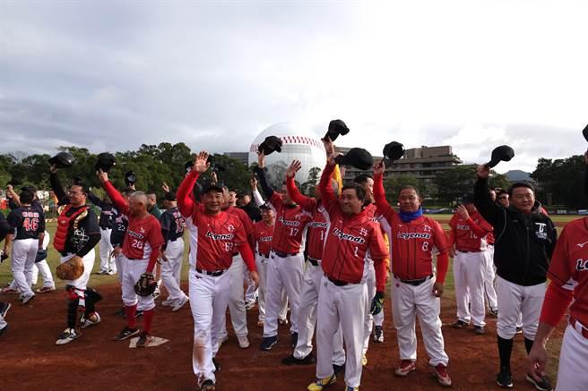 中職退役明星球員軟式棒球賽在龍潭兄弟棒球場進行。(毛琬婷攝)
