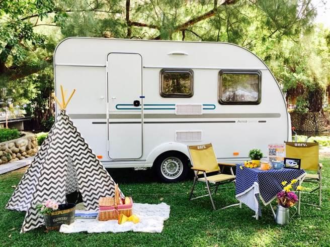 「2020運動露營大賞」中,行動露營區設有各式特色露營車及改裝車。(桃園市政府觀旅局提供/黃婉婷桃園傳真)