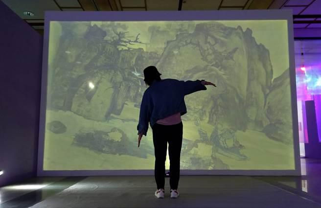 體感互動裝置〈早春圖〉取材自故宮的經典畫作〈早春圖〉,藉由體感互動技術,讓民眾走入巨幅山水畫立軸中。(陳淑娥攝)