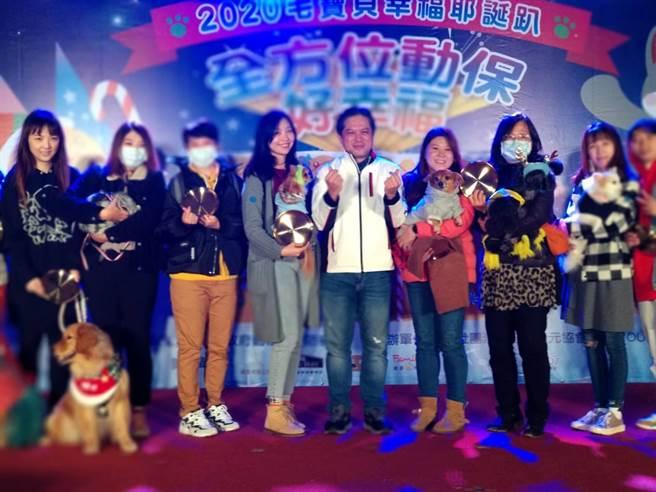 新北市動保處今(19日)於府中非常熱區舉辦「2020毛寶貝幸福耶誕趴」活動,首度將活動延伸至晚間。(動保處提供)