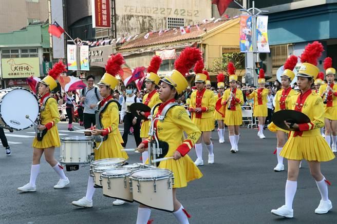 嘉義市國際管樂節踩街嘉年華今年共有54支團隊演出,創歷史新高。(張毓翎攝)