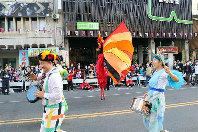 嘉義市國際管樂節踩街嘉年華19日熱鬧登場,民眾群聚圍觀。(張毓翎攝)