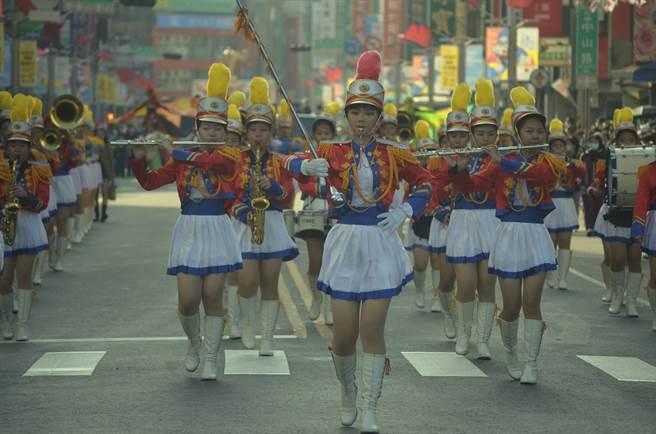嘉義女中樂旗隊整齊劃一的表演,獲得現場民眾滿堂彩。(張毓翎攝)
