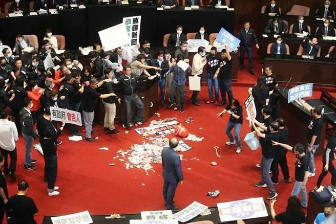 國民黨立院黨團之前為抗議萊豬進口,以豬內臟發動攻擊。(資料照,杜宜諳攝)