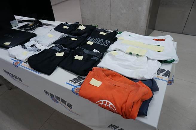 警方查獲嫌犯收藏被害人的束褲、球衣及作案用的電腦、信用卡等贓證物。(林郁平攝)