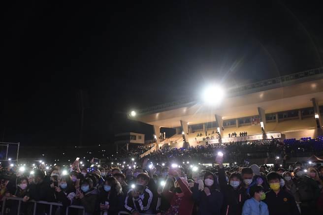 儘管今夜天氣寒冷,但現場仍擠滿上千民眾。(吳建輝攝)