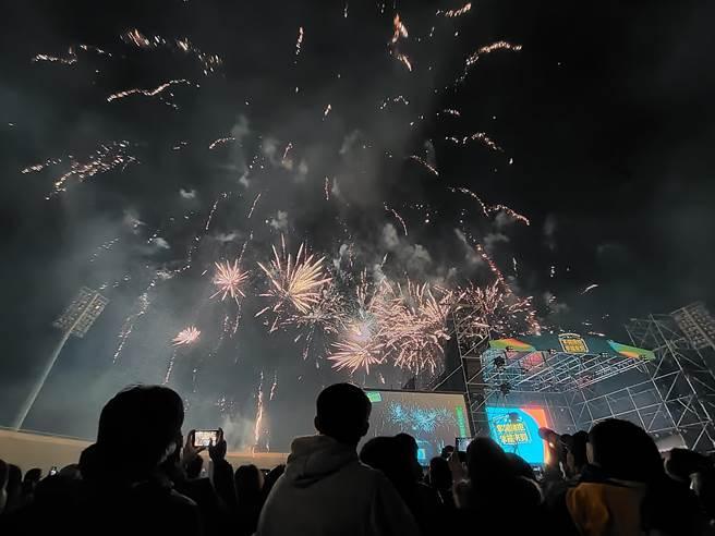 活動現場施放480秒的煙火,絢爛煙火點亮彰化夜空。(吳建輝攝)