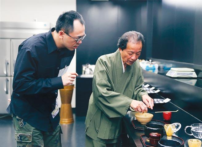 為將「職人精神」從咖啡延伸至茶飲,路易莎創辦人黃銘賢向日本第一茶匠森田治秀請教抹茶製作。圖/路易莎咖啡提供