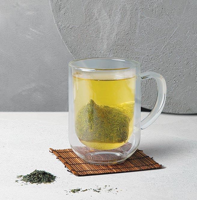 「大臣賞冠軍茶匠煎茶」標榜請到日本第一茶匠森田治秀擔任監製。圖/路易莎咖啡提供