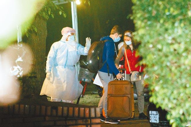 受邀來台演出的莫斯科古典芭蕾舞團,全團52人中有8人確診新冠肺炎,其餘團員17日移到集中檢疫所後,18日晚間搭乘巴士前往桃園機場離台。(郭吉銓攝)
