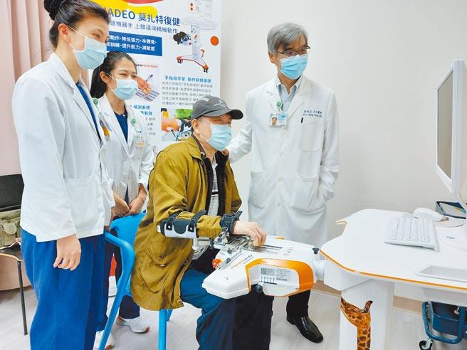 北醫附醫復健醫學部啟用莫札特智能手部訓練機器人(AMADEO),利用機器人學習與人工智慧系統打造個人化訓練課程,讓患者重拾正常人生。(北醫附醫提供)