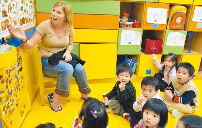 圖為全美語教學幼稚園中的小朋友的上課情形。 (本報資料照片)