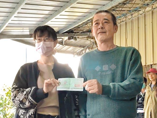 楊東波(右)尋獲失蹤40天的邱男,邱男胞姊(左)親自至楊家交付50萬元支票致謝。(陳淑娥攝)