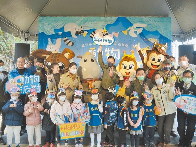 新竹市立動物園重啟即將滿1年,來自台北市立動物園、六福村的吉祥物們紛紛前來祝賀。(邱立雅攝)