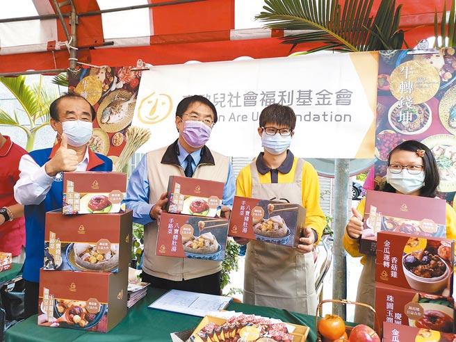 台南市庇護工場年菜、年節伴手禮開賣,台南市長黃偉哲(左二)鼓勵民眾購買,支持身心障礙朋友。(劉秀芬攝)