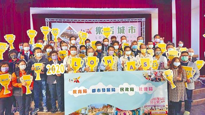台南市長黃偉哲(前排手持H廣告版者)帶領台南市政府4個局室官員宣傳樂活城市市政成果。(程炳璋攝)