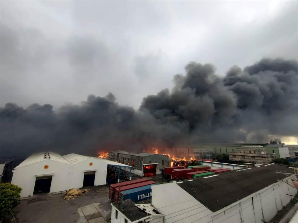 桃園蘆竹區的旭富製藥工廠今天傳出爆炸火警,目前火勢已延燒到桃園紙場和東陽精密工業的工廠。(圖/記者陳麒全攝)